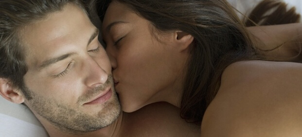 жената целува